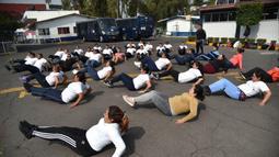 Petugas kepolisian Meksiko melakukan latihan di unit kepolisian di Mexico City (11/12/2019). Latihan Program penurunan berat badan ini untuk meningkatkan kesehatan para personil kepolisian Mexico City agar dapat bekerja secara efisien. (AFP Photo/Rodrigo Arangua)