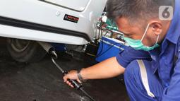 Petugas melakukan uji emisi buang kepada kendaraan di Kantor Dinas Lingkungan Hidup DKI kawasan Kramat Jati, Jakarta, Selasa (3/11/2020). Kegiatan bagi kendaraan roda empat berbahan bakar bensin dan solar tersebut untuk mendukung terealisasinya Jakarta Langit Biru. (Liputan6.com/Herman Zakharia)