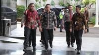 Gubernur Jambi, Zumi Zola memasuki Gedung KPK, Jakarta, Jumat (5/1). Zumi Zola penuhi panggilan penyidik sebagai saksi terkait pemberian suap rancangan Anggaran Pendapatan Belanja Daerah (R-APBD) Tahun Anggaran 2018. (Liputan6.com/Faizal Fanani)