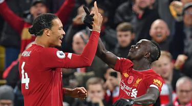 Striker Liverpool, Sadio Mane, merayakan gol yang dicetaknya ke gawang Manchester City bersama Virgil Van Dijk pada laga Premier League di Stadion Anfield, Liverpool, Minggu (10/11). Liverpool menang 3-1 atas City. (AFP/Paul Ellis)