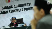 Ketua Sidang Ratna Dewi Petalolo (kiri) membacakan putusan sidang adjudikasi penyelesaian sengketa proses pemilu di Jakarta, Senin (15/1). Sidang menolak gugatan tiga pemohon yaitu Partai Idaman, PIKA, dan PPPI. (Liputan6.com/Helmi Fithriansyah)