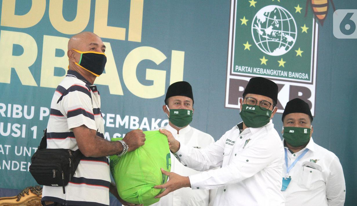 Ketua Umum Partai Kebangkitan Bangsa (PKB) Muhaimin Iskandar secara simbolis memberikan bantuan paket sembako dan masker di kantor DPP PKB di Jakarta, Minggu (17/5/2020). Bantuan 300 ribu paket sembako dan 1 juta masker ditujukan kepada masyarakat terdampak Covid-19. (Liputan6.com/HO/Agus)