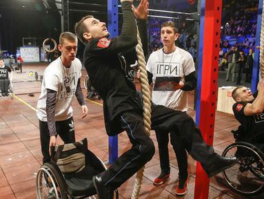 Sejumlah veteran Ukraina yang mengalami cacat fisik mengikuti kompetisi crossfit di Kiev, Ukraina, Sabtu (24/12/2016). Crossfit merupakan jenis fitnes dengan program latihan menggunakan kegiatan sehari-hari. (EPA/Sergey Dolzhenko)