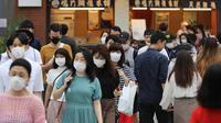Orang-orang melintasi sebuah jalan di Tokyo, Jepang, pada 14 Juni 2020. Pemerintah kota Tokyo pada Minggu (14/6) mengonfirmasi 47 kasus infeksi baru corona, beberapa hari setelah Gubernur Yuriko Koike mencabut status waspada COVID-19 agar semua bisnis dapat dibuka kembali. (Xinhua/Du Xiaoyi)