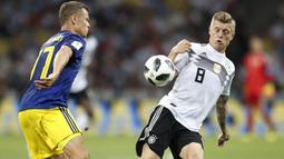 Gelandang Jerman, Toni Kroos, berusaha mengontrol bola saat melawan Swedia pada laga grup F Piala Dunia di Stadion Fisht, Sochi, Sabtu (23/6/2018). Gol injury time dirinya beri kemenangan untuk Jerman. (AP/Rebecca Blackwell)