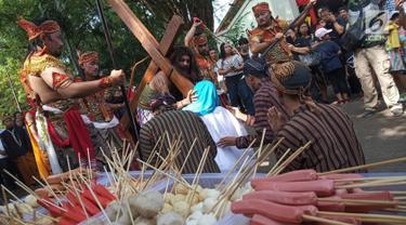 "Teatrikal jalan salib di Gereja Bongsari, Jalan Puspowarno Raya, Kota Semarang, Jumat ( 19/4). Ritual ini bagian dari hari wafatnya Isa Almasih atau yang lebih dikenal hari Jum'at Agung yang bertema ""hati untuk mencintai dan tangan untuk memberi"" dengan 500 jemaat yang hadir. (Liputan6.com/Gholib)"