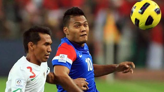 Striker Malaysia Mohd Safee Sali (kanan) dibayangi bek Indonesia Zulkifli Syukur pada leg pertama final Piala AFF di Stadion Bukit Jalil, 26 Desember 2010. AFP PHOTO/KAMARUL AKHIR