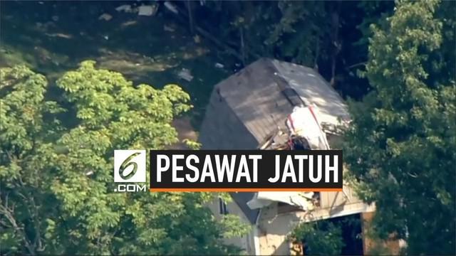 Pesawat kecil menabrak pohon lalu jatuh di halaman belakang rumah di Pennsylvania Amerika Serikat. Kecelakaan ini tewaskan 3 penumpang.