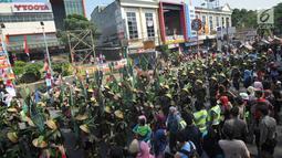 Peserta berkostum dedaunan mengikuti festival budaya Helaran 2018, Bogor, Jawa Barat, Minggu (12/8). Lima ribu peserta berpartisipasi dalam Helaran 2018. (Merdeka.com/Arie Basuki)