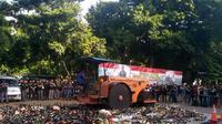 Pemusnahan minuman keras atau miras di Polda Metro Jaya (Merdeka.com/ Ronald)