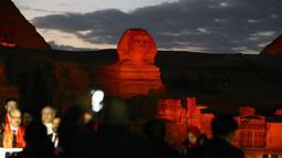 Patung Sphinx berwarna merah saat pertunjukan cahaya dan suara di Giza, Mesir, Kamis (23/1/2020). Pertunjukan tersebut digelar sebagai bagian dari perayaan Tahun Baru Imlek. (Xinhua/Ahmed Gomaa)