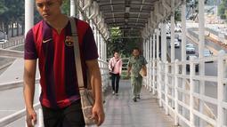 Pejalan kaki melintasi JPO Gelora Bung Karno di Jakarta, Kamis (3/5). Untuk mendukung penyelenggaraan Asian Games, Pemprov DKI Jakarta berencana merenovasi 12 JPO di kawasan Jalan Sudirman hingga MH Thamrin. (Liputan6.com/Immanuel Antonius)