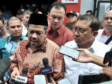 Wakil Ketua DPR Fadli Zon dan Fahri Hamzah memberikan keterangan kepada awak media saat tiba untuk menjenguk Ahmad Dhani di Rutan Klas I Cipinang, Jakarta, Rabu (6/2). (Merdeka.com/Iqbal S. Nugroho)