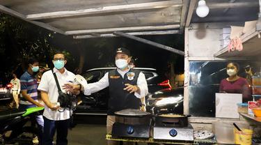 Wali Kota Surabaya Eri Cahyadi memimpin razia PPKM Darurat di Surabaya. (Dian Kurniawan/Liputan6.com)
