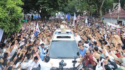 Calon presiden nomor urut 02 Prabowo Subianto menyapa pendukungnya saat menghadiri kampanye akbar di Lapangan Benteng Kuto Besak, Palembang, Rabu (9/4). Kehadiran Prabowo disambut ribuan masyarakat dari kalangan emak-emak dan anak muda. (Liputan6.com/Pool/Media Prabowo Sandi)