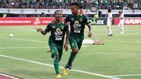 Pemain Persebaya, Ferinando Pahabol dan Osvaldo Haay, merayakan gol ke gawang Persija di Stadion Gelora Bung Tomo, Surabaya, Minggu (4/11/2018). (Bola.com/Aditya Wany)