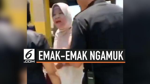 Viral sebuah video seorang emak-emak mengamuk di sebuah toko tas bermerk di Makassar. Ibu tersebut mengaku ia adalah istri dari pemilik toko tersebut.