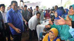 Ketua Umum Partai Demokrat Susilo Bambang Yudhoyono (SBY) menyapa warga saat menghadiri pengobatan massal di Ciampea, Bogor, Jawa Barat, Senin (26/3). Kegiatan ini bagian dari kampanye Pilkada 2018 untuk pemilihan bupati Bogor. (Merdeka.com/Arie Basuki)