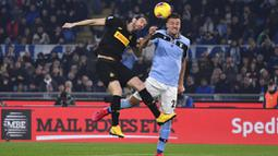 Gelandang Lazio, Sergej Milinkovic-Savic, duel udara dengan bek Inter Milan, Diego Godin, pada laga Serie A di Stadion Olympico, Minggu (16/2/2020). Lazio menang 2-1 atas Inter Milan. (AP/Alfredo Falcone)