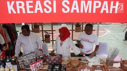 Sejumlah Warga menjual kreasi sampah yang di buat sendiri di Asrama Dinas Lingkungan Hidup Jakarta, Jakarta, Sabtu (28/10). (Liputan6.com)