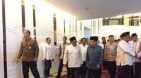 Wakil Presiden Jusuf Kalla menghadiri buka puasa bersama keluarga Abu Rizal Bakrie atau Ical di Hotel JS Luwansa, Jakarta Selatan. (merdeka.com)