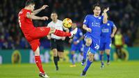Dejan Lovren (kiri) tampil buruk saat Liverpool takluk 0-2 dari Leicester City, Rabu (3/2/2016) dini hari WIB. (Reuters/Carl Recine)