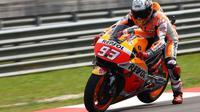 Marc Marquez, pembalap Repsol Honda, saat beraksi pada sesi latihan bebas pertama MotoGP Malaysia 2016 di Sirkuit Sepang, Jumat (28/10/2016). (Crash)