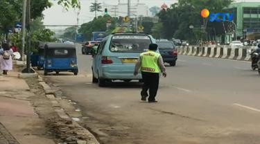 Buang air kecil sembarangan di sekitar Halte Matraman Raya, seorang supir bajaj dihukum polisi dengan bernyanyi lagu nasional.