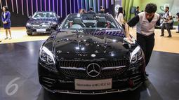 Pekerja mengelap mobil Mercedez Benz AMG SLC 43 saat peluncuran tujuh mobil terbaru Mercedes Benz di Gaikindo Indonesia International Auto Show (GIIAS), ICE BSD, Tangsel, Kamis (11/8). (Liputan6.com/Fery Pradolo)