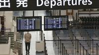 Aktivitas lobi keberangkatan Bandara Internasional Haneda sepi akibat virus corona di Tokyo, Senin (28/12/2020). Jepang untuk sementara waktu melarang semua pendatang asing yang bukan penduduk masuk sebagai bentuk antisipasi varian baru COVID-19 hingga akhir Januari 2021. (AP Photo/Koji Sasahara)