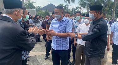 Penyambutan Kebebasab Mantan Walikota Cilegon, Tb Iman Ariyadi (Kemeja Biru Kotak-kotak). (Kamis, 23/09/2021).