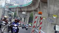 Sejumlah kendaraan melintas di dekat Pembangunan jalan layang transjakarta Tandean-Ciledug, Jakarta, Selasa (13/9).  Proyek jalan layan ini masih terkendala pembebasan lahan di kawasan pasar Kebayoran Lama. (Liputan6.com/Helmi Afandi)