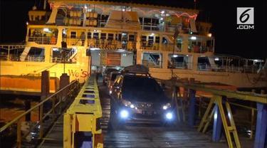 Penutupan Bandara Internasional Ngurah Rai berdampak pada peningkatan jumlah penumpang dan kendaraan di pelabuhan penyeberangan Gilimanuk.