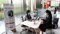 Customer service memberikan penjelasan kepada nasabah Bank Danamon tentang kelebihan produk asuransi Manulife, di Gedung Danamon, Jakarta. Dok