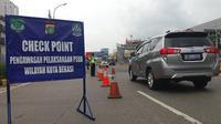 Check Point di pintu gerbang tol Bekasi Barat. (Foto: Liputan6.com/Bam Sinulingga)