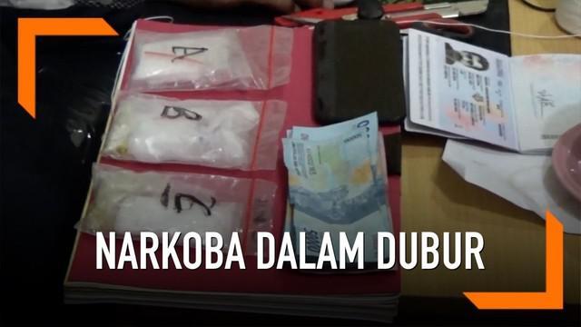 Seorang pria yang mengaku pelatih sepak bola asal Malaysia coba selundupkan narkoba jenis sabu lewat duburnya.