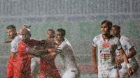 Pemain Persija Jakarta, Otávio Dutra (tengah) menjaga ketat pemain Persiraja Banda Aceh, Paulo Henrique dalam laga pekan ke-6 BRI Liga 1 2021/2022 di Stadion Pakansari, Bogor, Sabtu (10/2/2021). Laga dihentikan pada menit ke-11 akibat hujan deras. (Bola.c