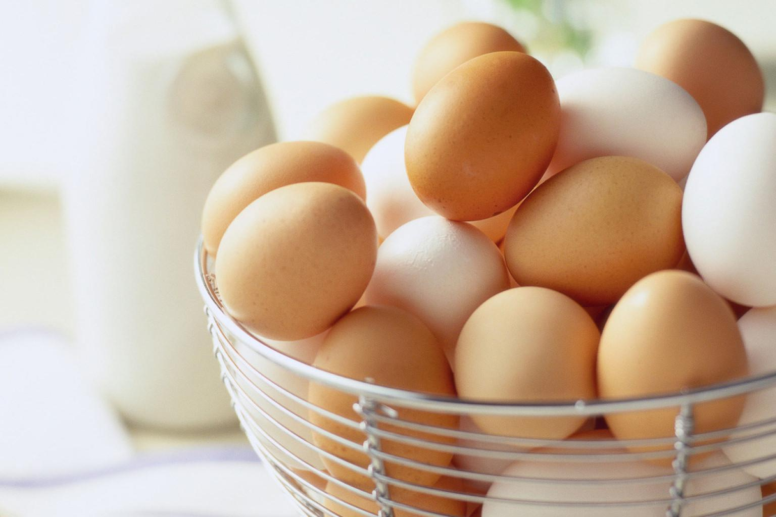 Berbahaya, sebaiknya kamu nggak mencuci telur sebelum disimpan. Simak alasannya di sini! (Sumber Foto: Alamy/Huffington Post)