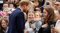 Pangeran Harry berbincang dengan seorang wanita, India Brown setibanya mengunjungi Royal Botanic Gardens di Melbourne, Australia, Kamis (16/10).Wanita itu menangis saat Pangeran Harry menarik dan memberinya pelukan yang manis. (Phil Noble/Pool via AP)