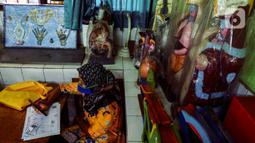 Warga penerima manfaat menunggu giliran saat pencairan bantuan sosial tunai (BST) di SDN Kembangan Utara 05 Pagi, Jakarta, Rabu (31/3/2021). Program BST sebesar Rp300 ribu dari Kemensos ini disalurkan melalui RT-RT se kelurahan Kembangan Utara melalui ATM Bank DKI. (Liputan6.com/Johan Tallo)