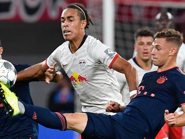 Gelandang Bayern Munchen, Joshua Kimmich, berebut bola dengan striker RB Leipzig, Yussuf Poulsen, pada laga Bundesliga 2019/20 di Leipzig, Sabtu (14/9). Kedua klub bermain imbang 1-1. (AFP/John Macdougall)