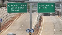 Mobil petugas melintas di Tol Depok-Antasari seksi 1 usai diresmikan Presiden Joko Widodo kemarin (27/9) di Jakarta, Jumat (28/9). Tarif tol Depok-Antasari seksi I ruas Antasari-Brigif sebesar Rp 1.500 per km. (Liputan6.com/Faizal Fanani)