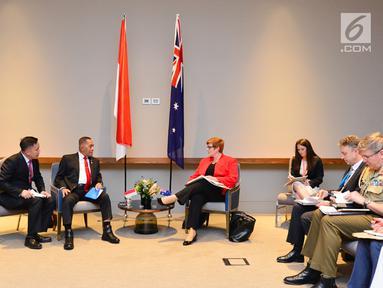 Menteri Pertahanan RI Ryamizard Ryacudu bersama jajarannya saat melakukan pertemuan kerja sama dengan Menteri Pertahanan Australia Marise Payne di Perth, Australia, Kamis (1/2). (Liputan6.com/Pool/Kemenhan)