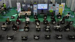 Warga menunggu untuk dipantau kemungkinan efek sampingnya setelah menerima vaksin COVID-19 Pfizer di pusat vaksinasi di Seoul, Korea Selatan, 25 Oktober 2021. Korea Selatan telah mencapai tujuannya untuk memvaksinasi 70 persen dari 52 juta penduduknya. (AP Photo/Ahn Young-joon)