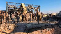 Tentara AS berdiri di lokasi pemboman Iran di pangkalan udara Ain al-Asad, Anbar, Irak, Senin (13/1/2020). Iran menghujani pangkalan militer AS tersebut dengan rudal sebagai balasan atas kematian Jenderal Qasem Soleimani. (AP Photo/Qassim Abdul-Zahra)