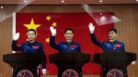Nie Haisheng (56) Liu Boming (54) dan Tang Hongbo (45) akan menjadi astronot China pertama yang mendarat di tahap awal stasiun ruang angkasa, yang disebut Tiangong atau Istana Surgawi (AP)