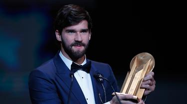 Kiper Liverpool Alisson Becker menunjukkan piala Yachine Trophy saat meraihnya dalam malam penghargaan Ballon d'Or 2019 di Chatelet Theatre, Paris, Prancis, Senin (2/12/2019). Alisson  diakui sebagai kiper pria terbaik di dunia oleh France Football Magazine. (AP Photo/Francois Mori)