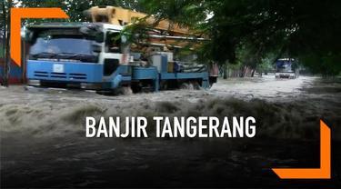 Akses dari dan menuju kota serta kabupaten Tangerang terputus akibat meluapnya aliran sungai Cisadane. Air berasal dari derasnya hujan di kawasan Bogor, Jawa Barat.