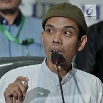 Ustaz Abdul Somad memberi keterangan pers usai pertemuan di Kantor MUI, Jakarta, Rabu (21/8/2019). Ustaz Abdul Somad diundang MUI untuk klarifikasi atau tabayyun video ceramahnya yang viral karena dianggap menghina salah satu agama. (merdeka.com/Iqbal S. Nugroho)