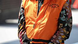 Bupati Banjarnegara Budhi Sarwono mengenakan rompi tahanan tiba di Gedung KPK, Jakarta, Jumat (24/9/2021). Bupati Banjarnegara Budhi Sarwono kembali menjalani pemeriksaan terkait kasus dugaan korupsi proyek infrastruktur. (Liputan6.com/Faizal Fanani)